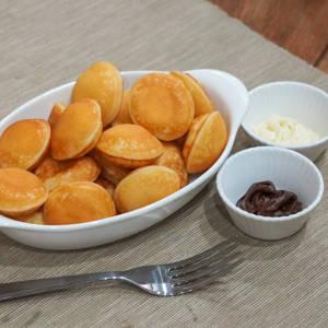 ミニパンケーキ(ブラック&ホワイトチョコソース付)Mini Pancake with Black & White Choco Sauce
