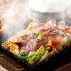 豚カルビのピリ辛キムチ鉄板焼き ごはんと唐揚げ2個付き
