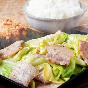 豚カルビの旨塩ポン酢鉄板焼き ごはんと唐揚げ2個付き 並盛(100g)