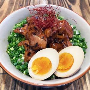 大盛 炙り焼き鶏丼(味玉入り)