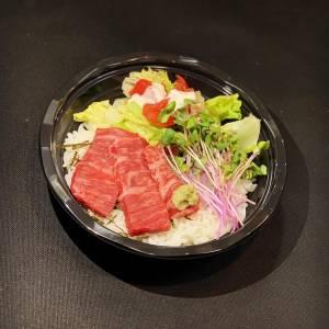 霜降り牛肉の炙り丼【ミニサラダ付き】