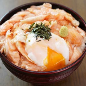 たっぷりサーモンハラス丼