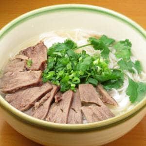 ブンボー(牛骨出汁の肉の温かい米粉麺)