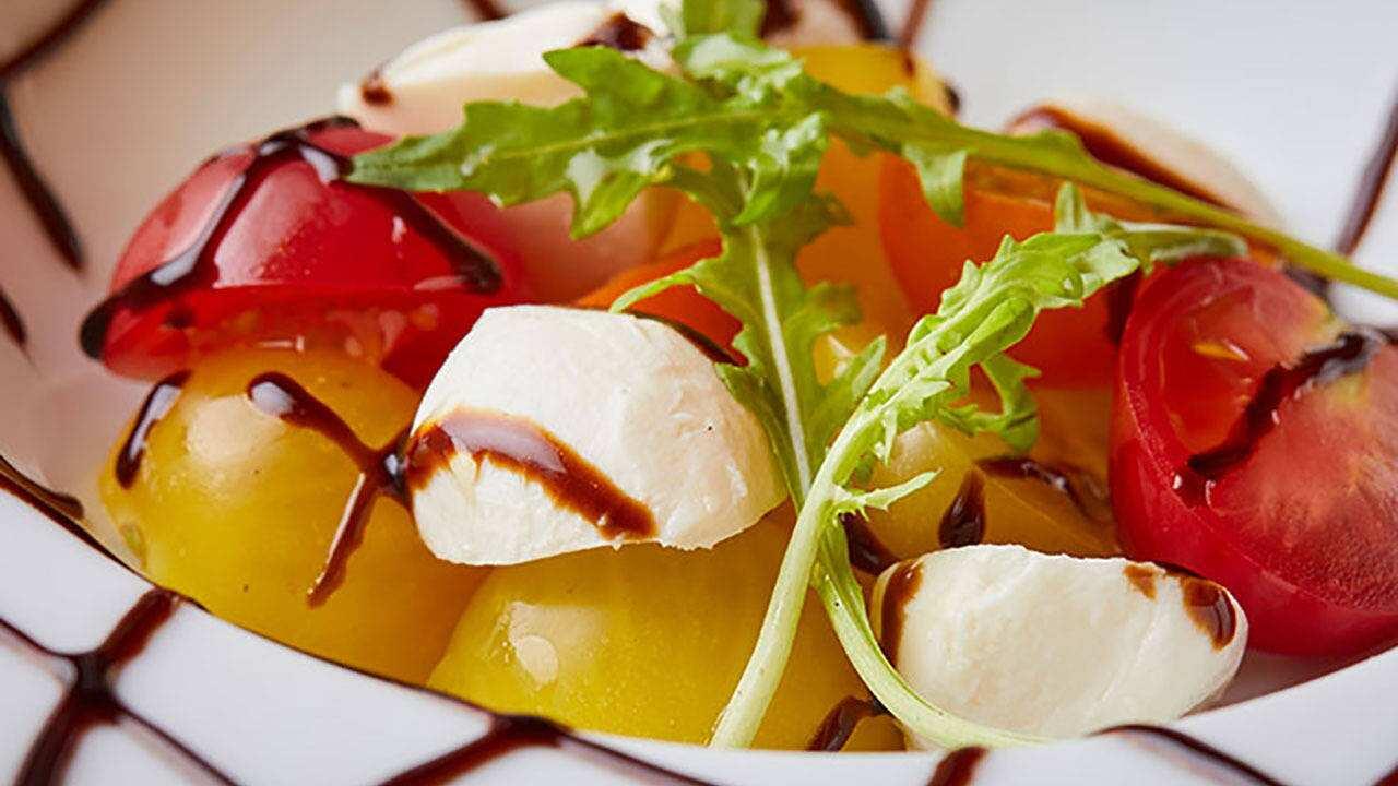 トマトとモッツァレラのバジルソース