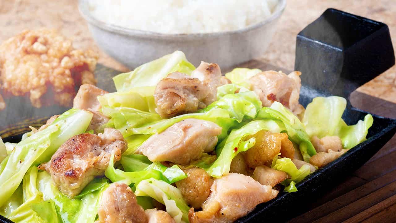 鶏モモ肉の旨塩ポン酢鉄板焼き ごはんと唐揚げ2個付き