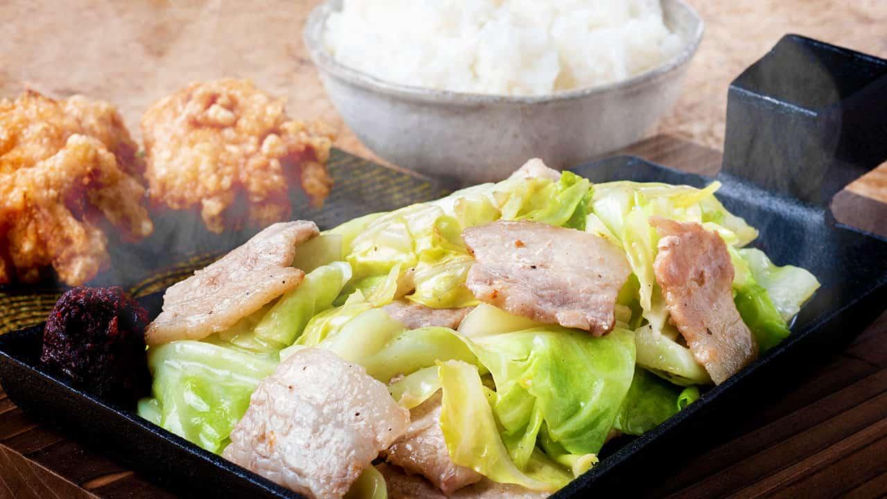 豚カルビの旨辛みそ鉄板焼き ごはんと唐揚げ2個付き
