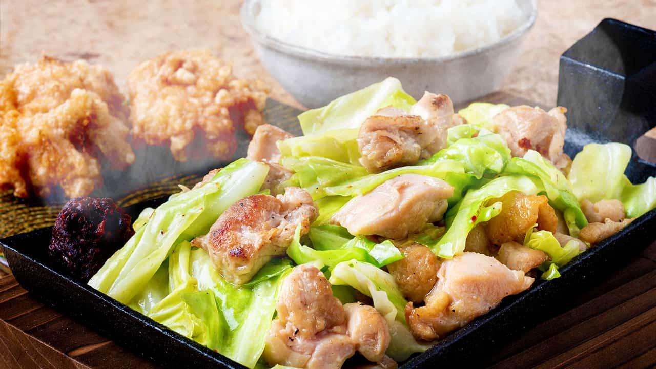 鶏モモ肉の旨辛みそ鉄板焼き ごはんと唐揚げ2個付き
