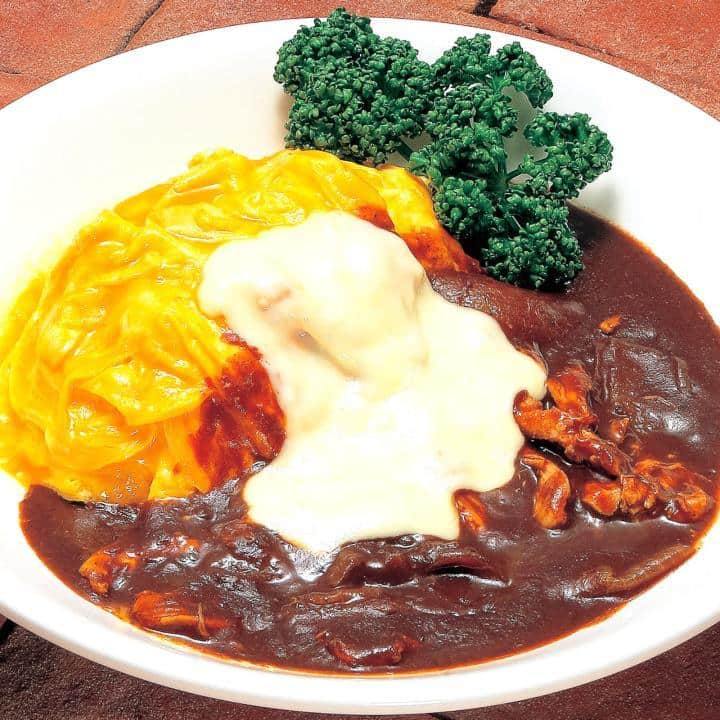 デミグラスソース&チーズのレアオムライス(Omelet on butter rice with cheese and demi‐glace sauce)